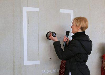 EG-Fest / Bauherrin Benita Braun-Feldweg versenkt Wunschkapsel